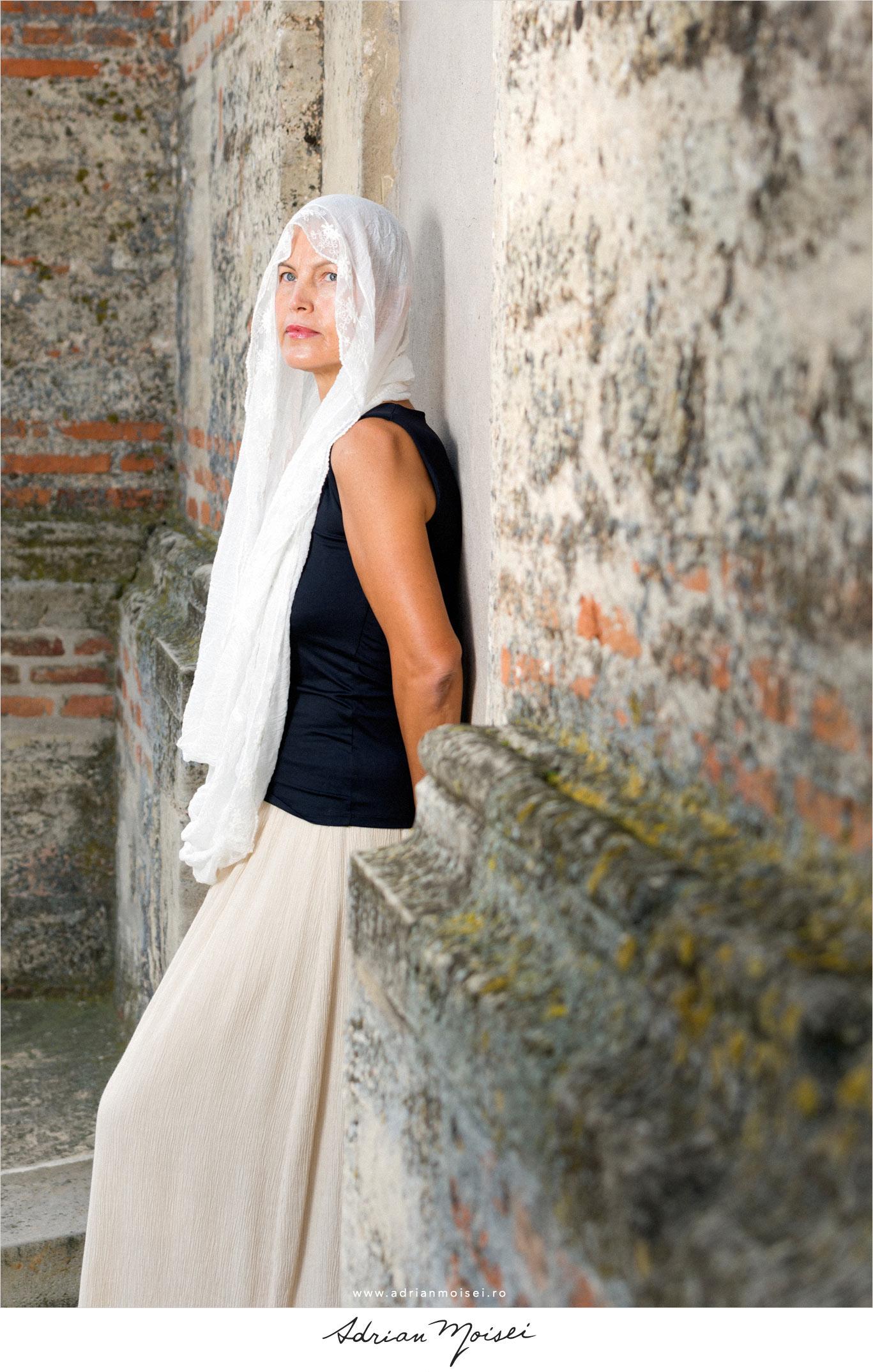 Fotografie de fashion cu o doamna deosebită, fotografie în natură