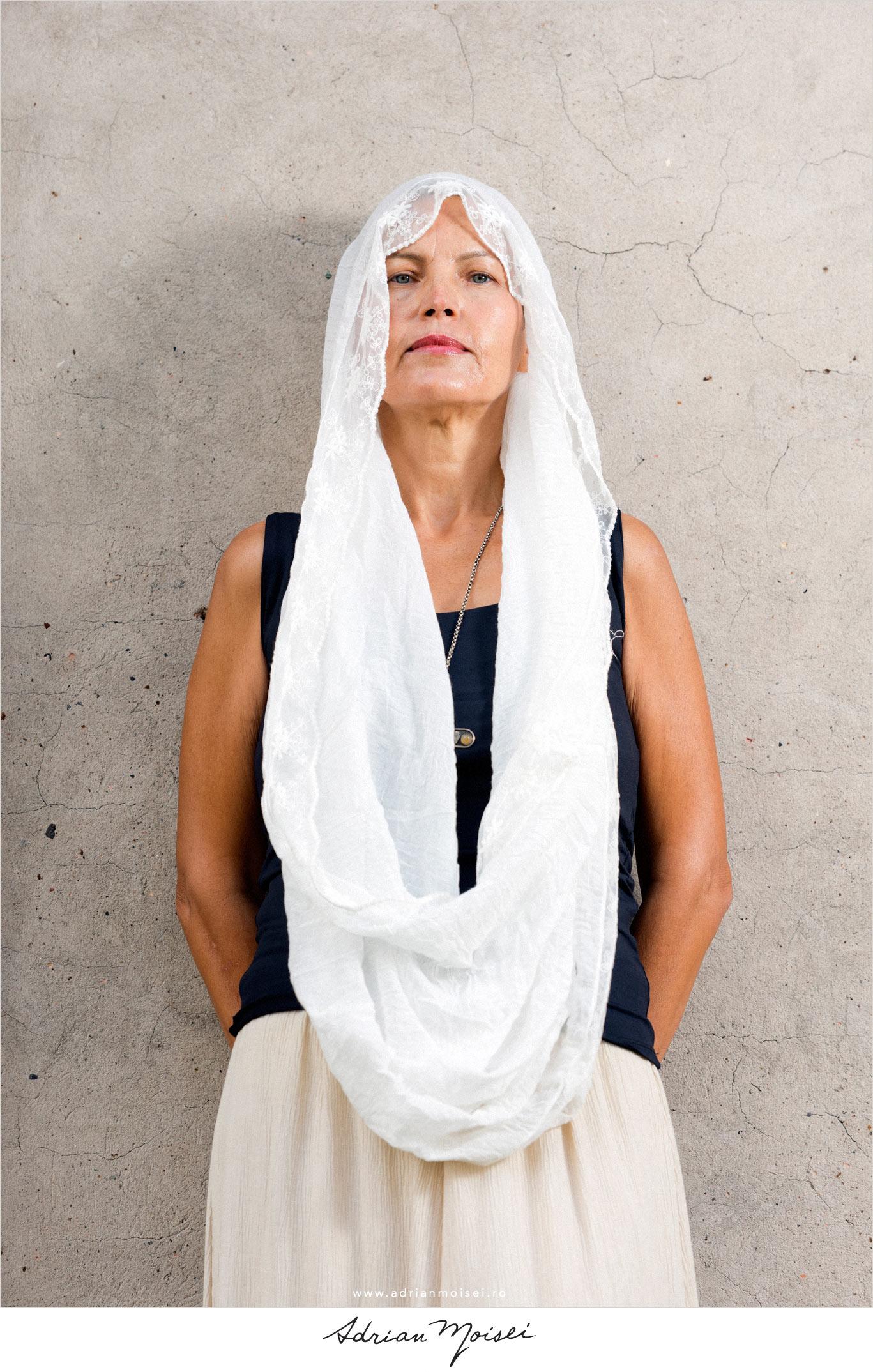 Fotografie de fashion Iasi realizată de Adrian Moisei, la mănăstire, fotografie în natură