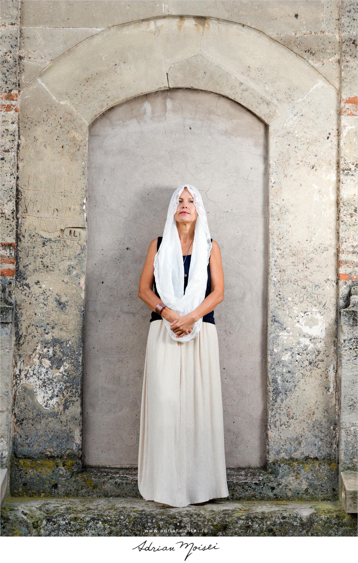 Fotografie de fashion Iasi de Adrian Moisei, la mănăstire, fotografie în natură