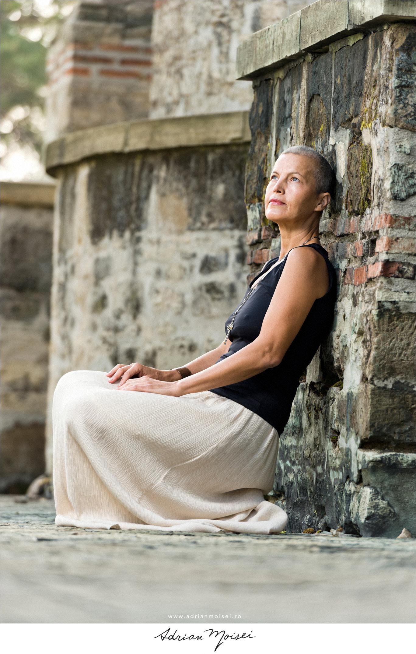 Portret de artistă la mănăstire, fotografie în natură