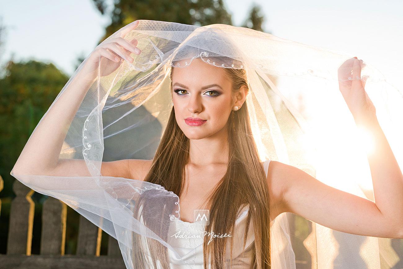 Mireasă în lumina soarelui de apus in Grădina Botanică, fotograf nuntă Iași