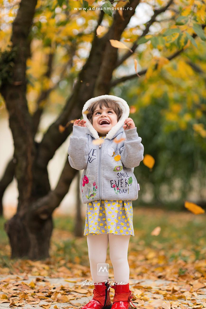Fotografie de portret copii în natură, la gradină studio a fotografului ieșean Adrian Moisei într-o zi frumoasa de toamna cu frunze pastelate, fotograf de familie Iași