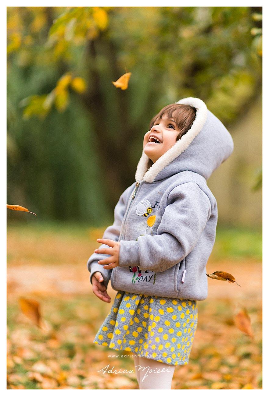 Fotografie de portret copii în natură, într-o zi frumoasa de toamna cu frunze pastelate, fotograf de familie Iași