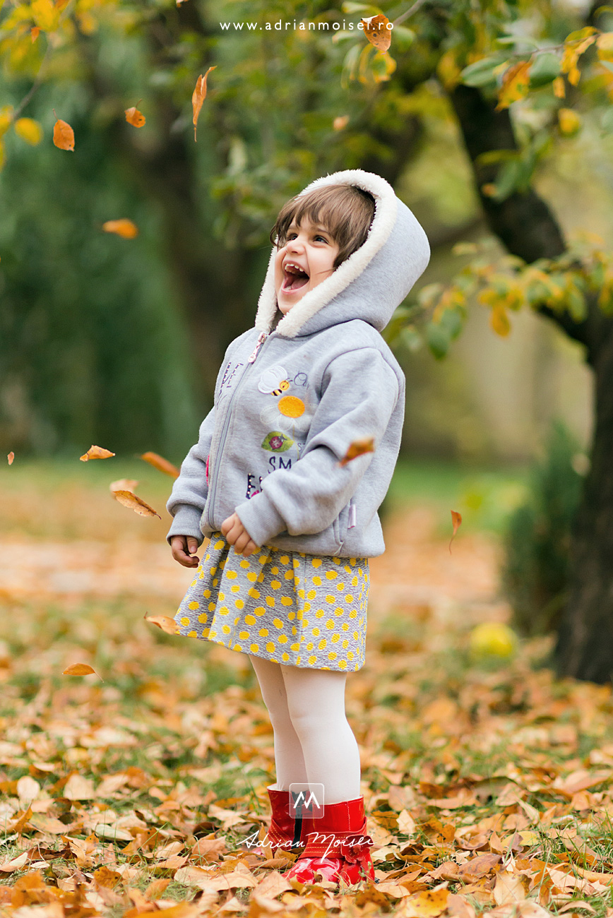 Fotograf profesionist copii realizata de Adrian Moisei într-o zi cu frunze pastelate, fotograf de familie Iași