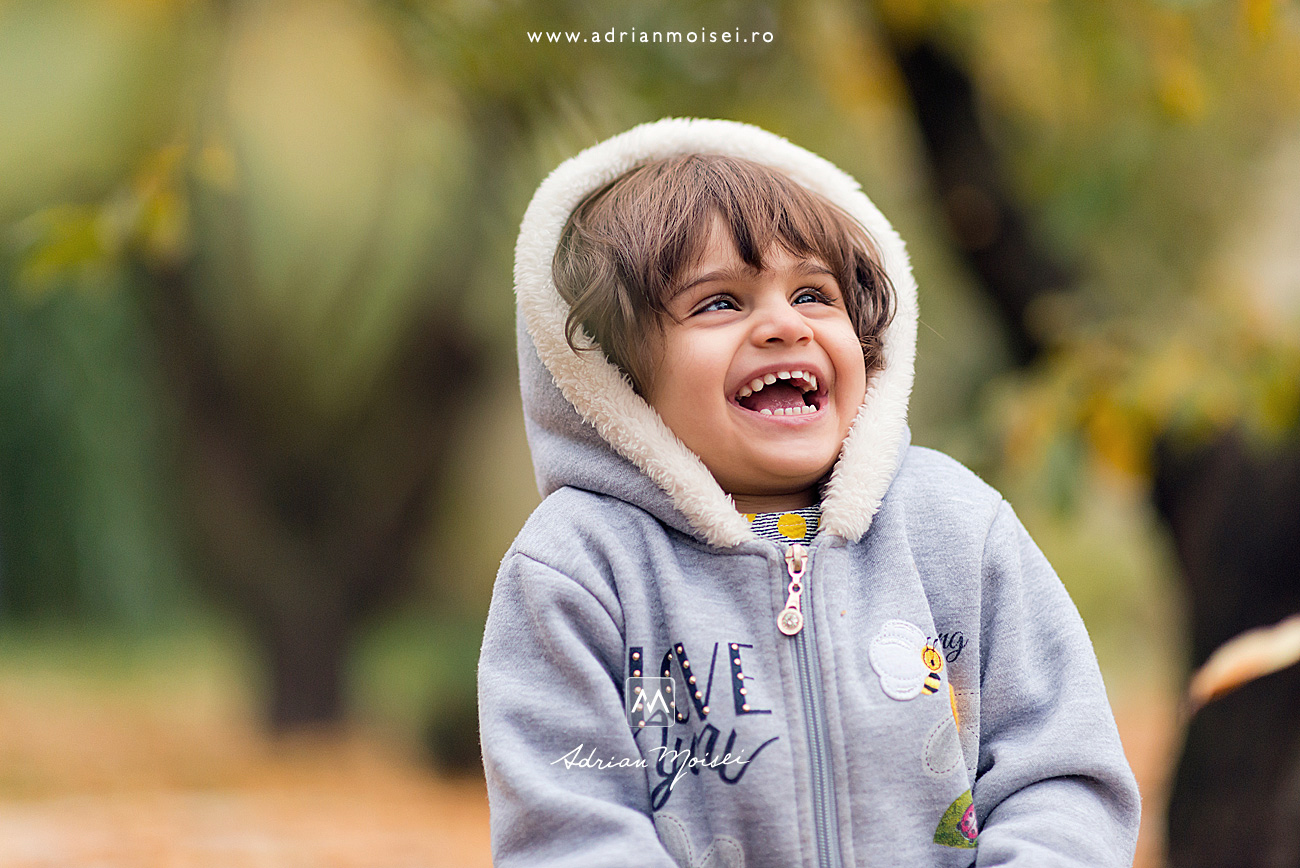 Portret de copil la gradină studio a fotografului profesionist Adrian Moisei, fotograf de familie Iași