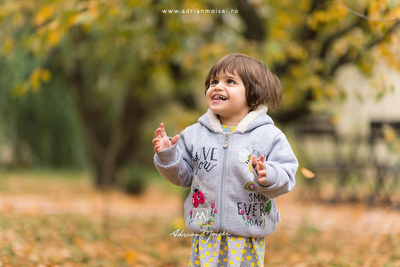 A venit toamna, portret de fetita, la 2 ani, fotograf de familie Iași