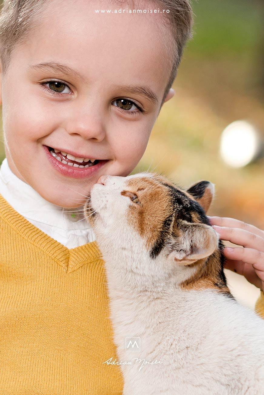 Copilaș de 3 ani și o pisica curioasă care-l miroase la gurita, fotograf de familie Iași