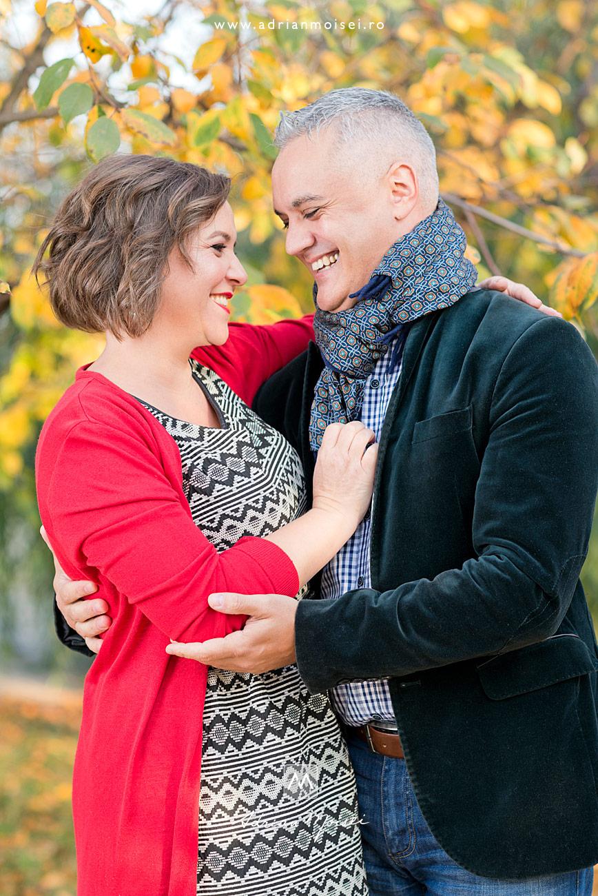 Tineri parinti imbratisandu-se si razand, fotograf de familie Iași