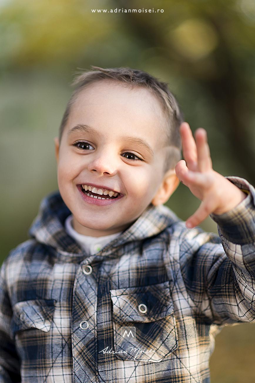 Copilas fericit, fotografie de copii, realizata de fotograful profesionist Adrian Moisei, fotograf de familie Iași