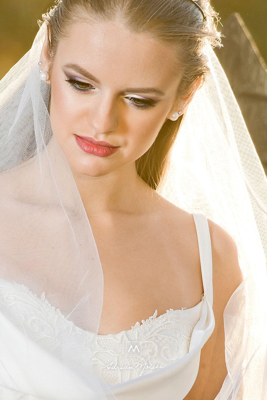 Mireasă în lumina soarelui de apus, fotografie de portret, realizată de Adrian Moisei, artist fotograf ieșean, pasionat de fotografia de nuntă, in Grădina Botanică, fotograf nuntă Iași