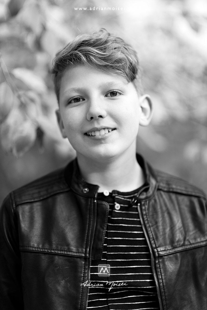 Fotografie de portret adolescent într-o zi frumoasa de toamna cu frunze si soare cald, fotograf de familie Iași