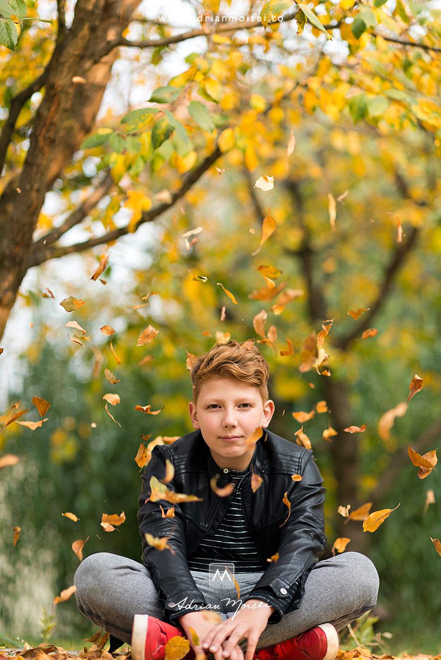 Portret de adolescent în gradină, intr-o zi de toamna, fotograf de familie Iași