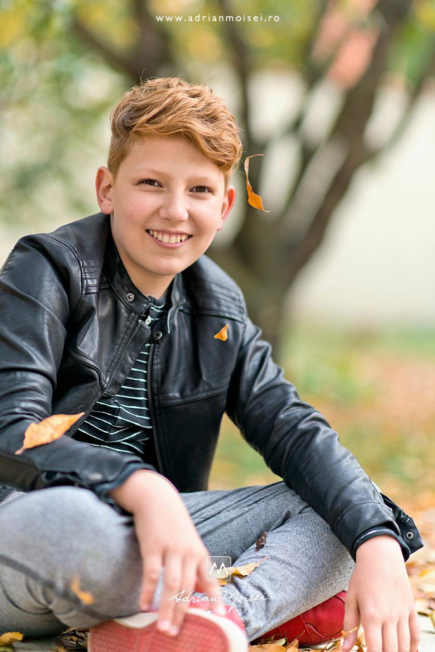 Adolescent zambitor într-o zi frumoasa de toamna cu frunze si soare cald, fotograf de familie Iași