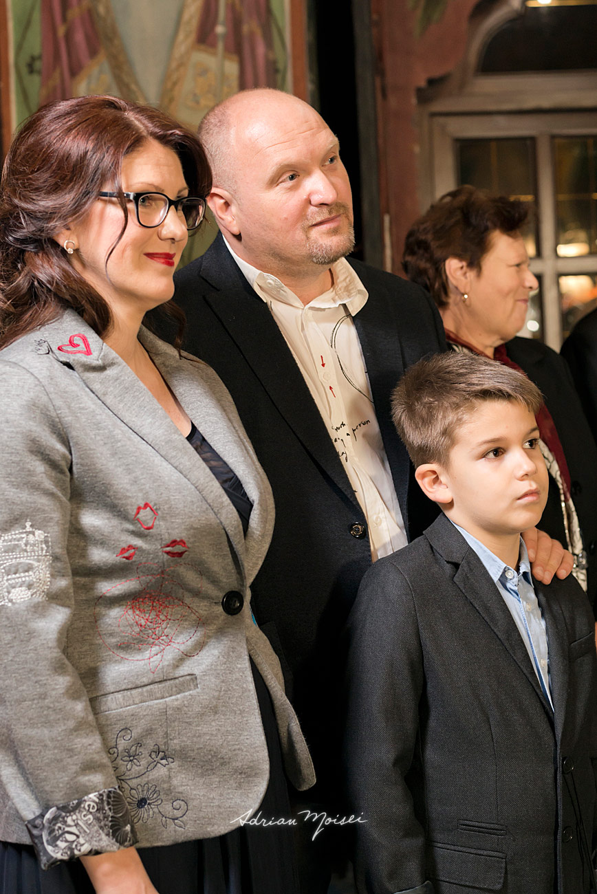 Parinti asistand la slujba de botez, portret realizat de Adrian Moisei, fotograf botez Iași