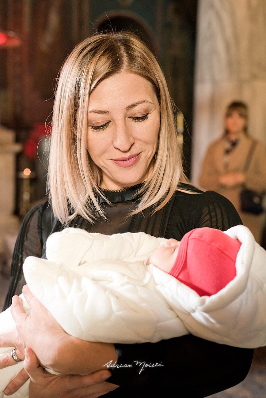 Nasa cu bebelus in brate, portret in biserica, fotograf botez Iași