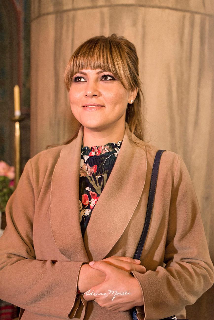 Portret de matusa tanara si zambitoare, fotograf botez Iași
