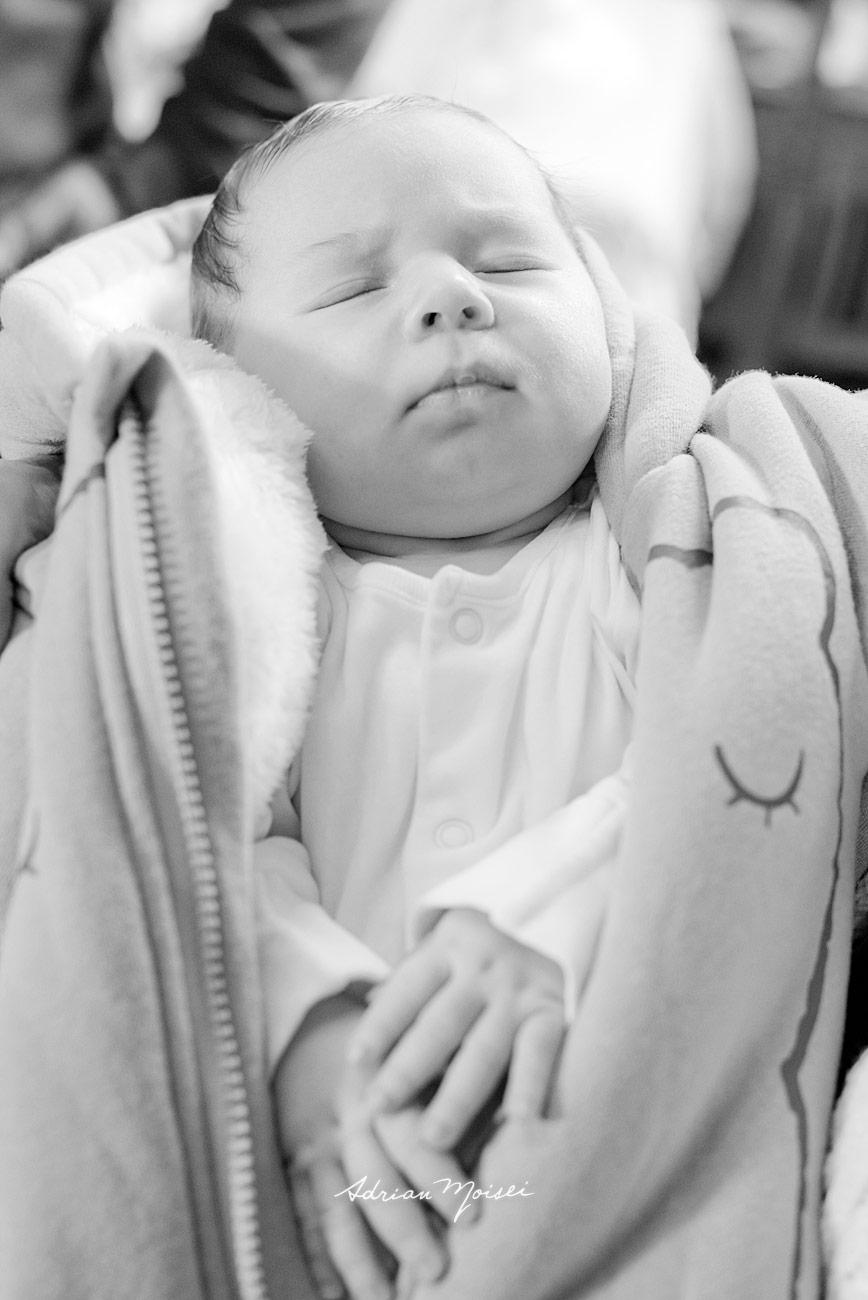 Bebelus adormit la slujba de botez, fotografie alb negru