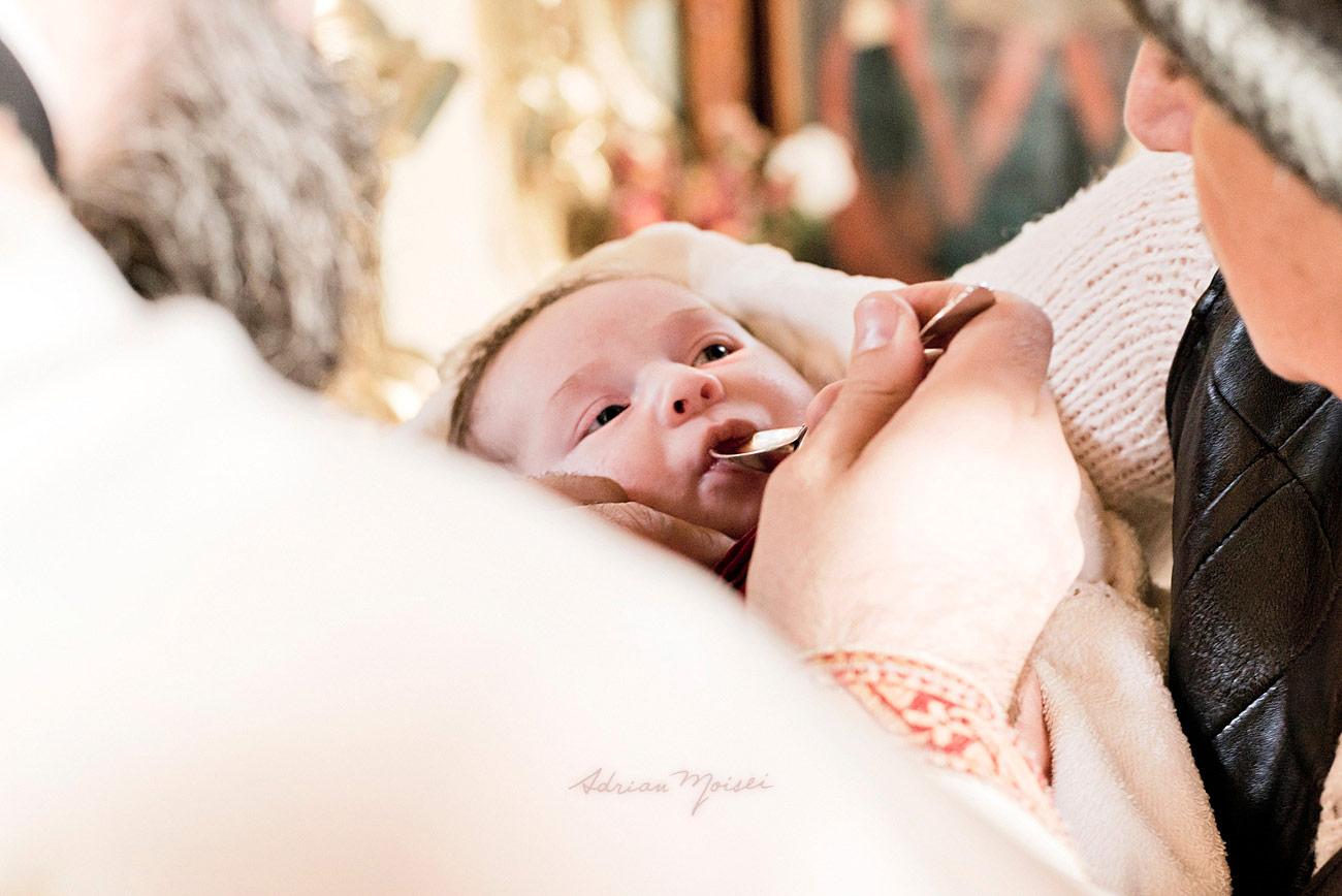 Prima impartasanie a unui nou nascut dupa botez