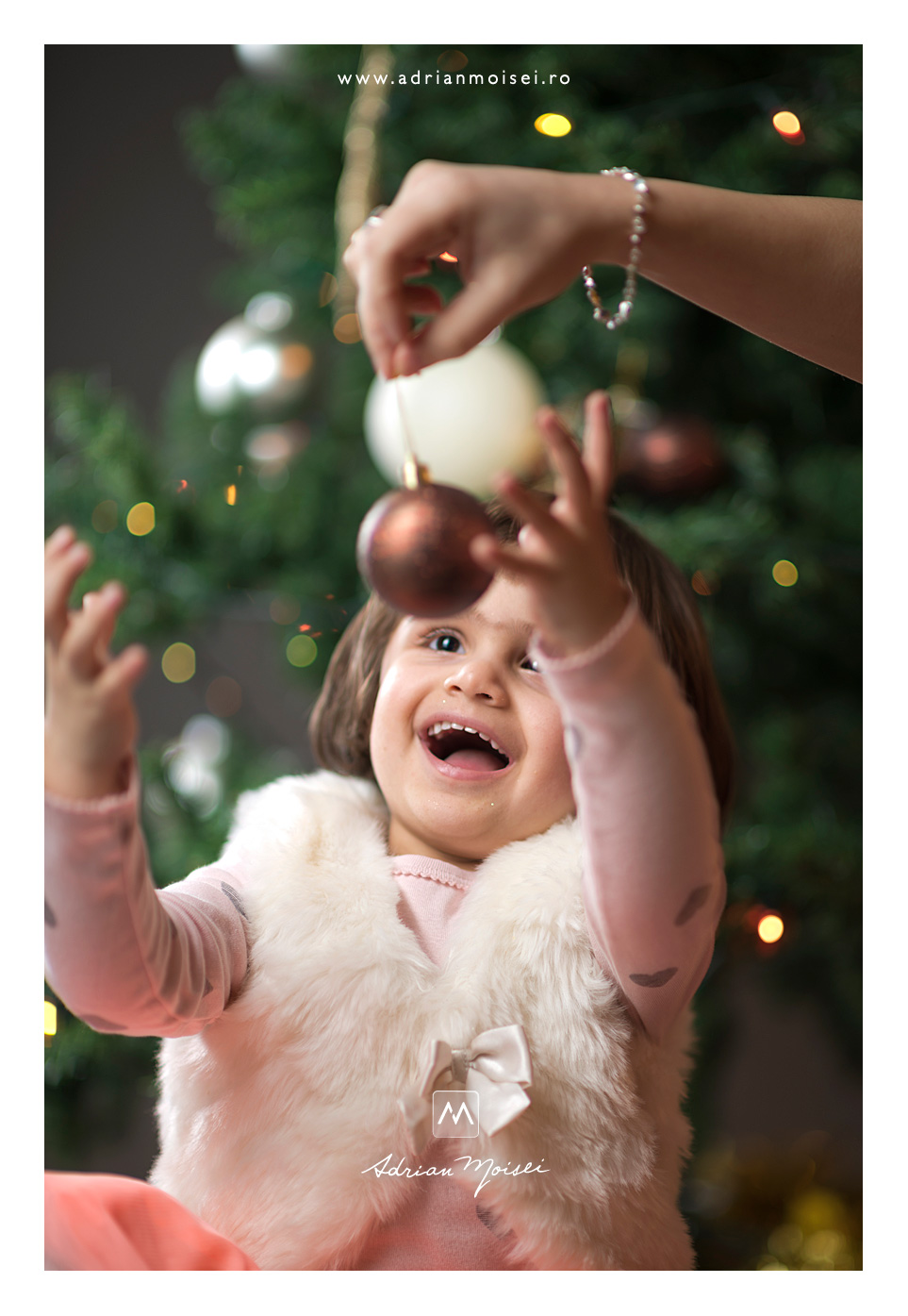 Sărbatoarea cea mai de preț pentru cei mici, de Crăciun, fotografie de familie, Adrian Moisei fotograf Iași, fotograf de familie Iași
