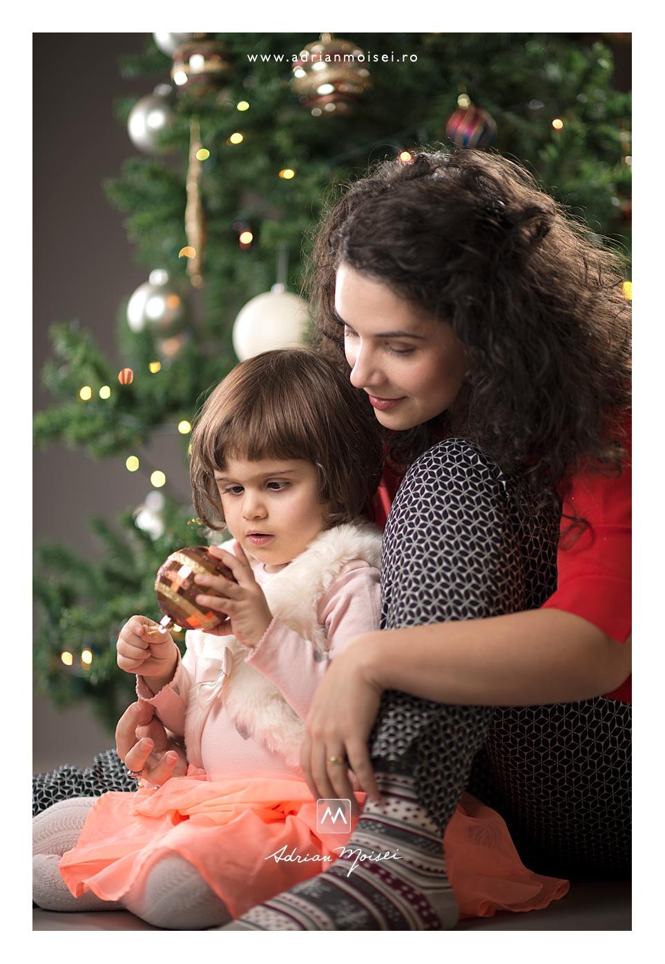 Mamica si fetita la sărbatoarea cea mai de preț pentru cei mici, de Crăciun, Adrian Moisei fotograf de familie Iași