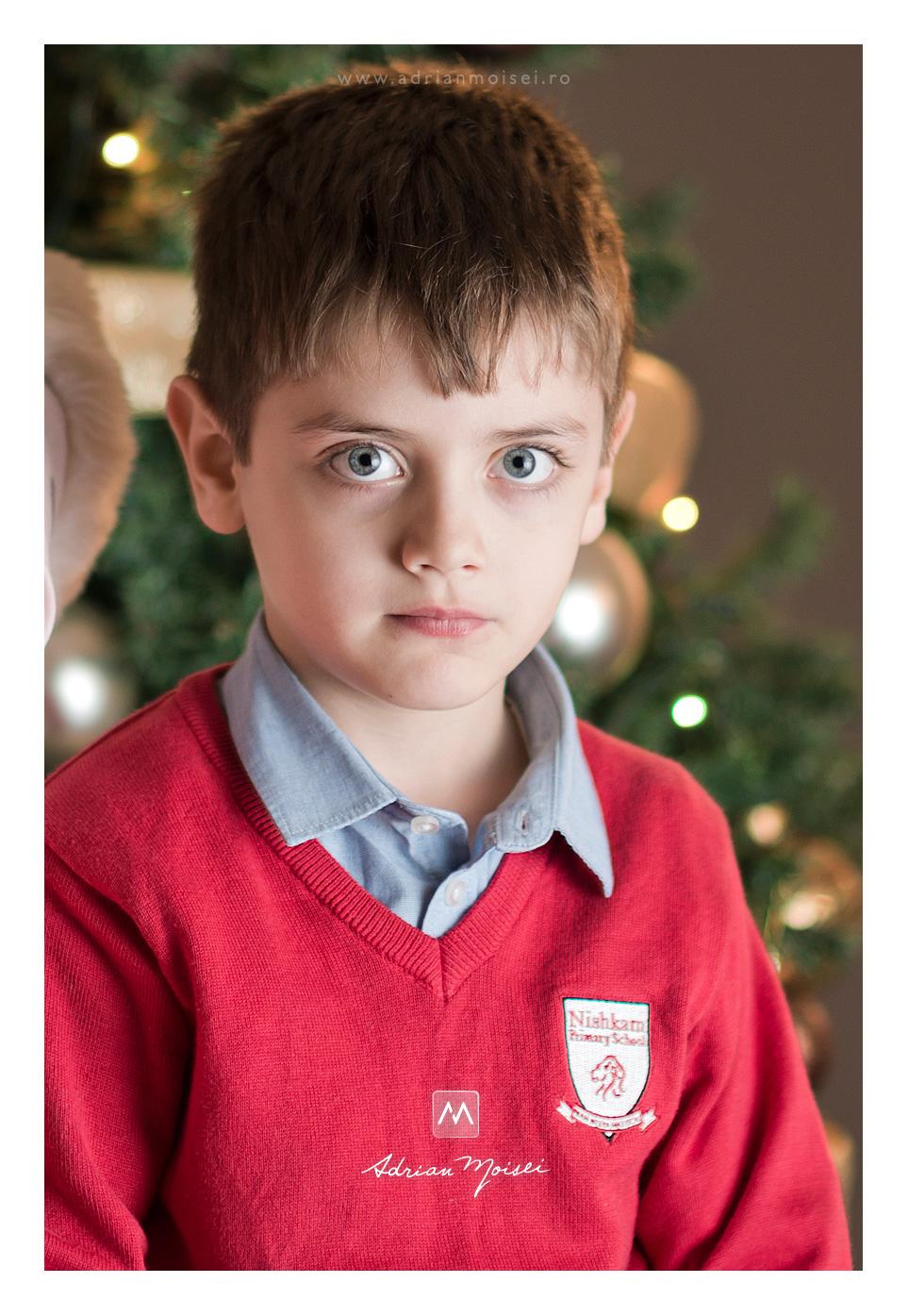 Portret de copilas la bradut - sedinta foto de Crăciun de Adrian Moisei fotograf Iași, fotograf de familie Iași