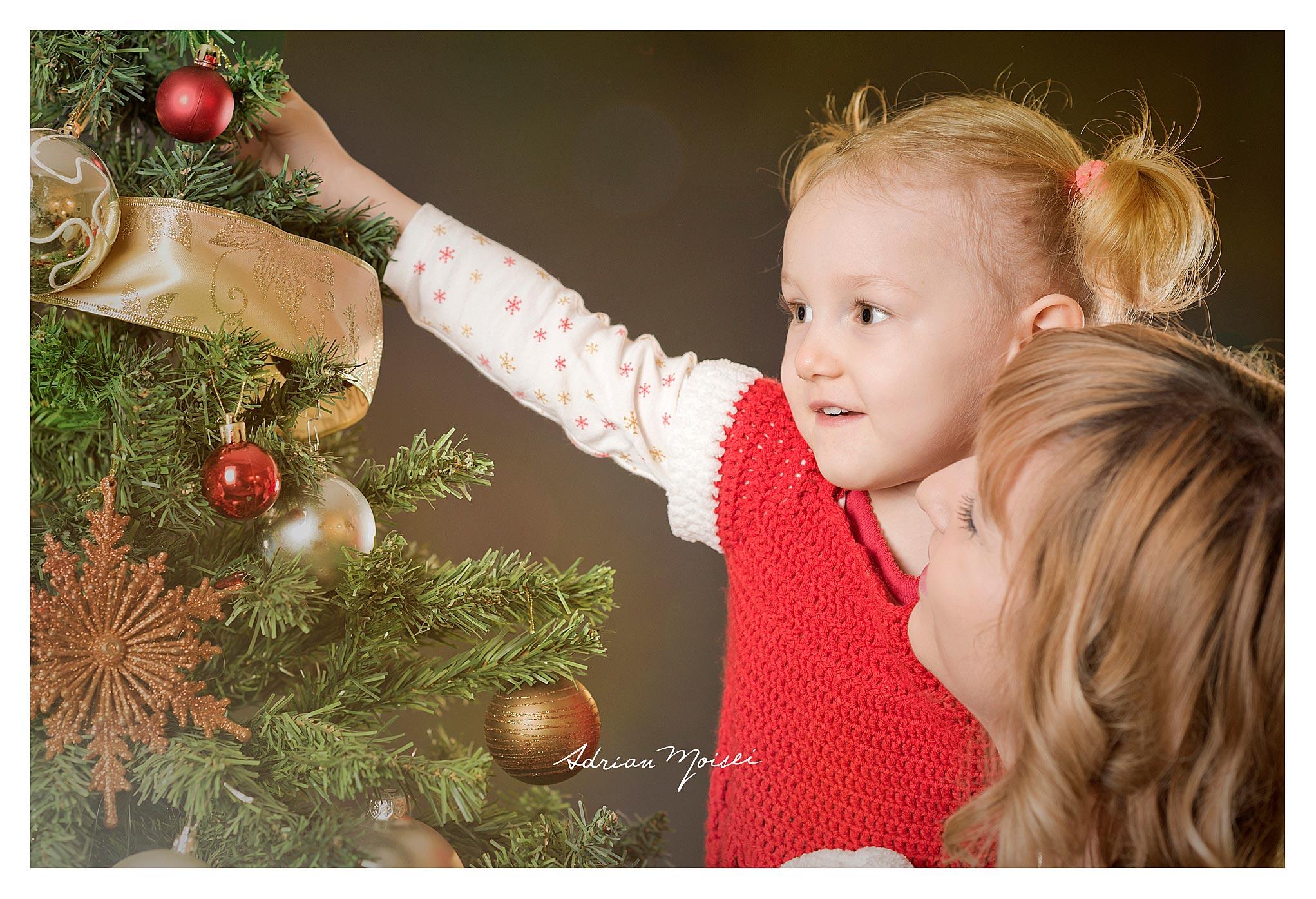 Crăciunul este momentul culminant al bucuriilor și amintirilor copilăriei, fotografie de familie, Adrian Moisei fotograf Iași.