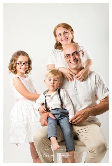 Fotografie de familie în Iași – în studio și livadă