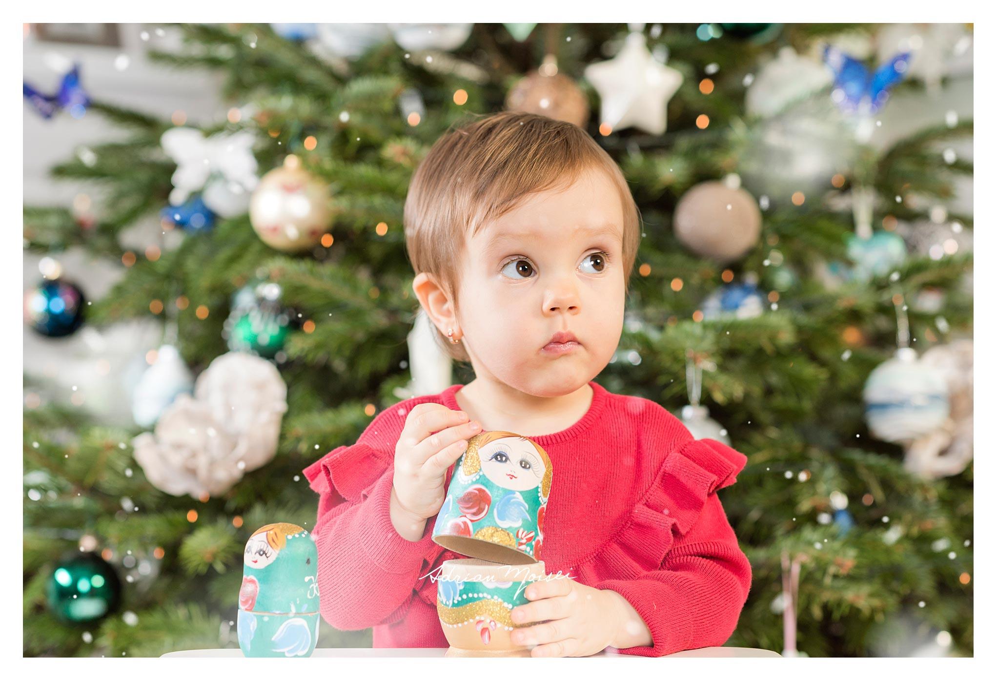 Fotografie de familie - Cămin calduros și-un brăduț frumos - fetiță la doi ani împreună cu părintii ei, Adrian Moisei