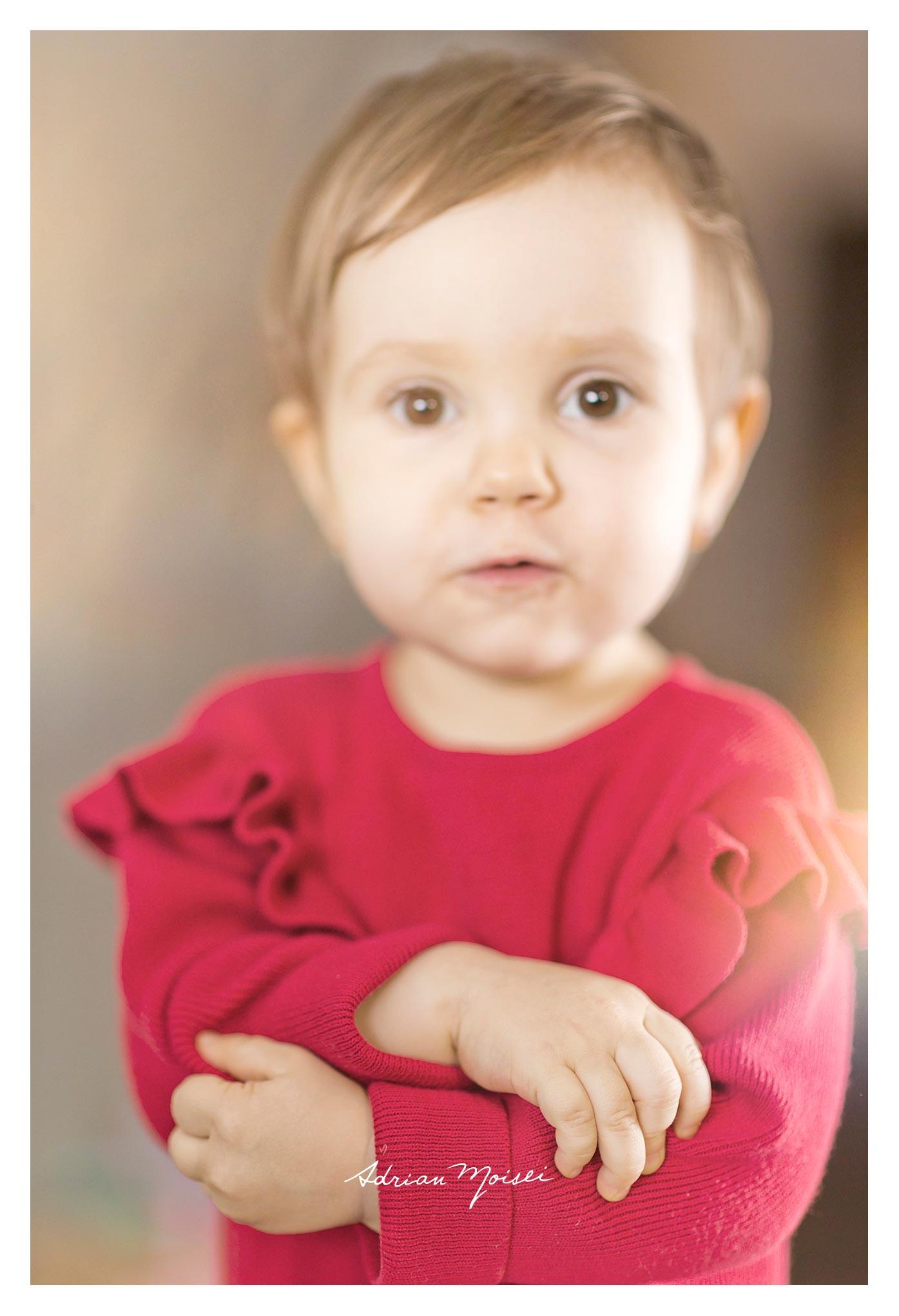 Cămin calduros și-un brăduț frumos - fetiță la doi ani împreună cu părintii ei, foto Adrian Moisei