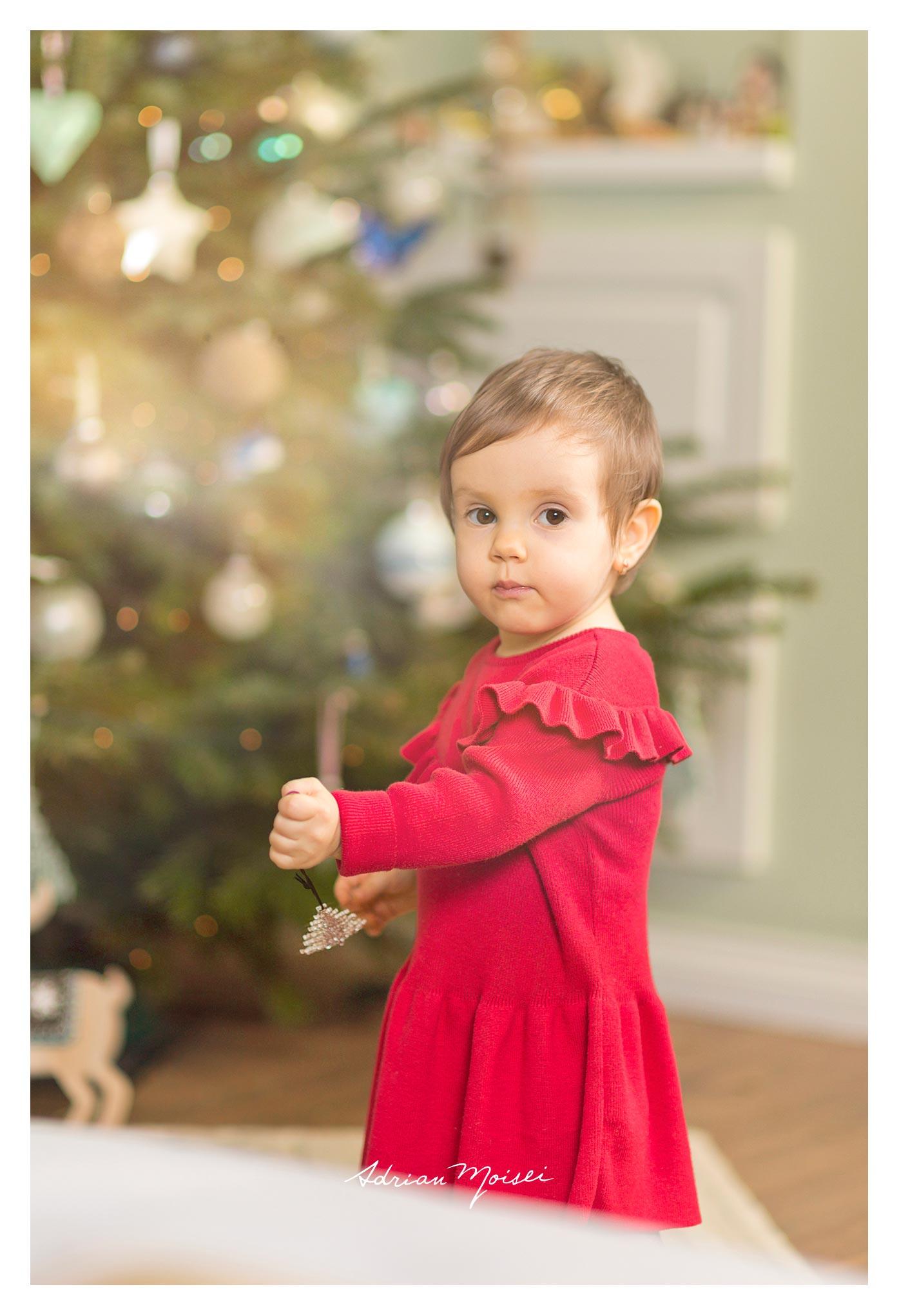 Fotograf de familie - Cămin calduros și-un brăduț frumos - fetiță la doi ani împreună cu părintii ei, fotografie Adrian Moisei
