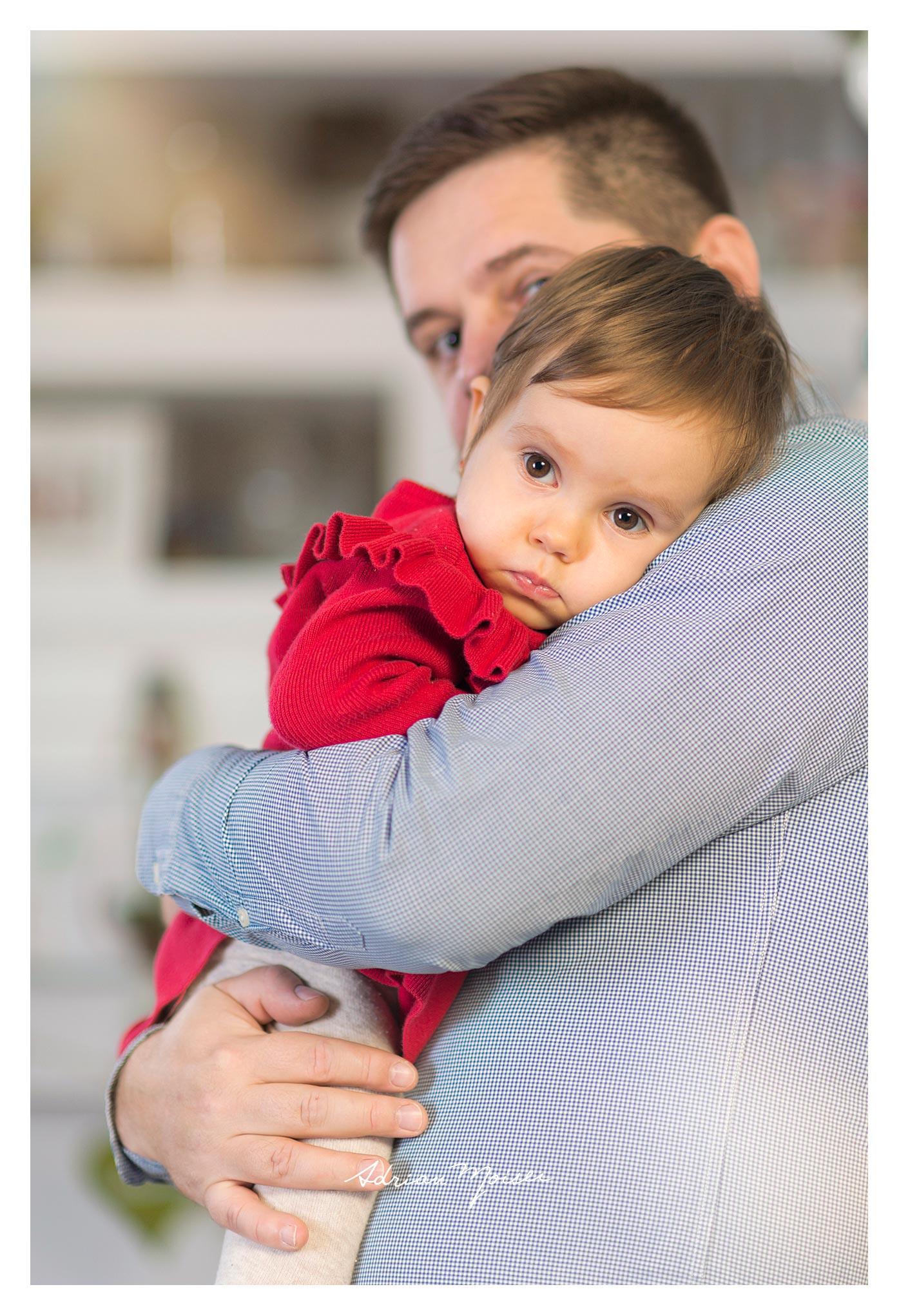 Fetiță la doi ani împreună cu părintii ei, Adrian Moisei