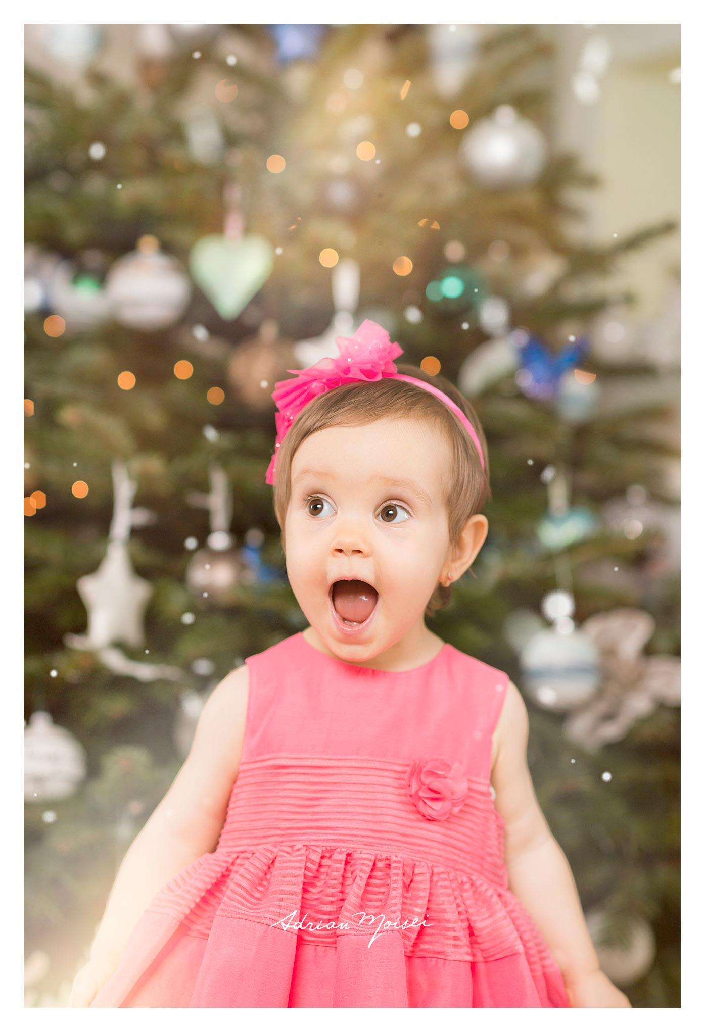 Fotograf de familie Iași - Cămin calduros și-un brăduț frumos - fetiță la doi ani împreună cu părintii ei