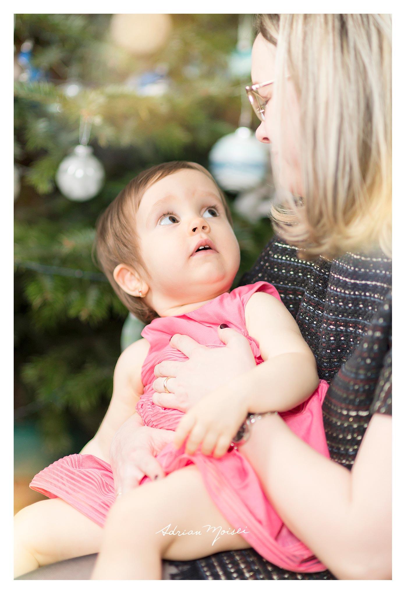 Fotograf de familie - Cămin calduros și-un brăduț frumos, fotograf Adrian Moisei