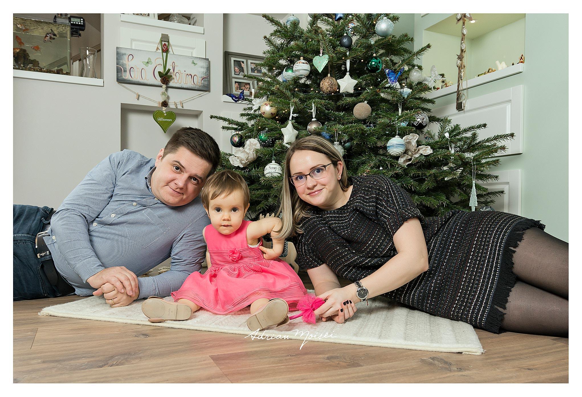 Cămin calduros cu o fetiță la doi ani împreună cu părintii ei, fotograf Adrian Moisei
