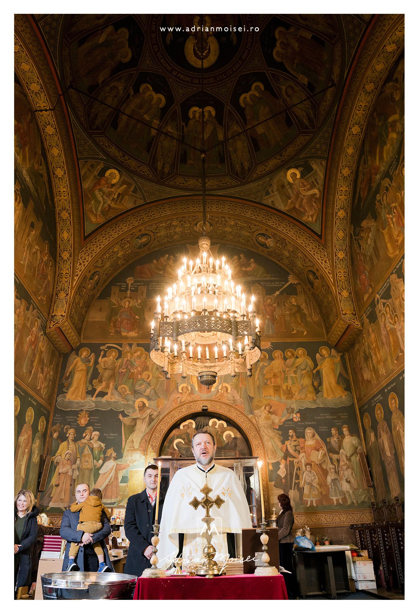 Botez călduros într-o zi de iarnă, la Iași, biserica Sfântul Nicolae Domnesc. Vedere de interior wide a bisericii, cu expunere perfectă