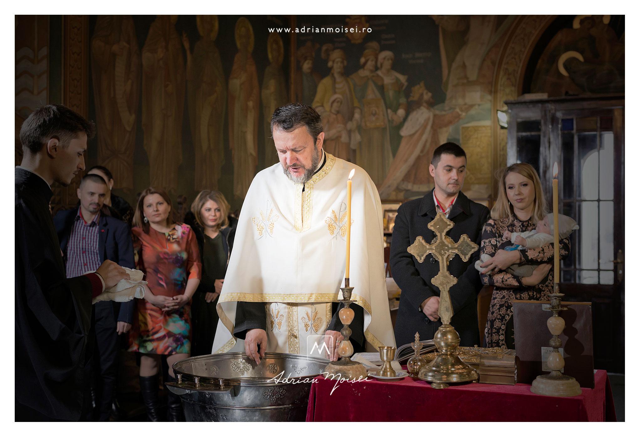 Preot in timpul slujbei de botez