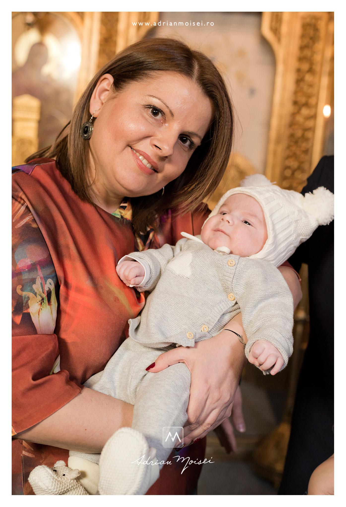 Mamică cu nou născut în brațe după botez la biserica Sfântul Nicolae Domnesc în Iași