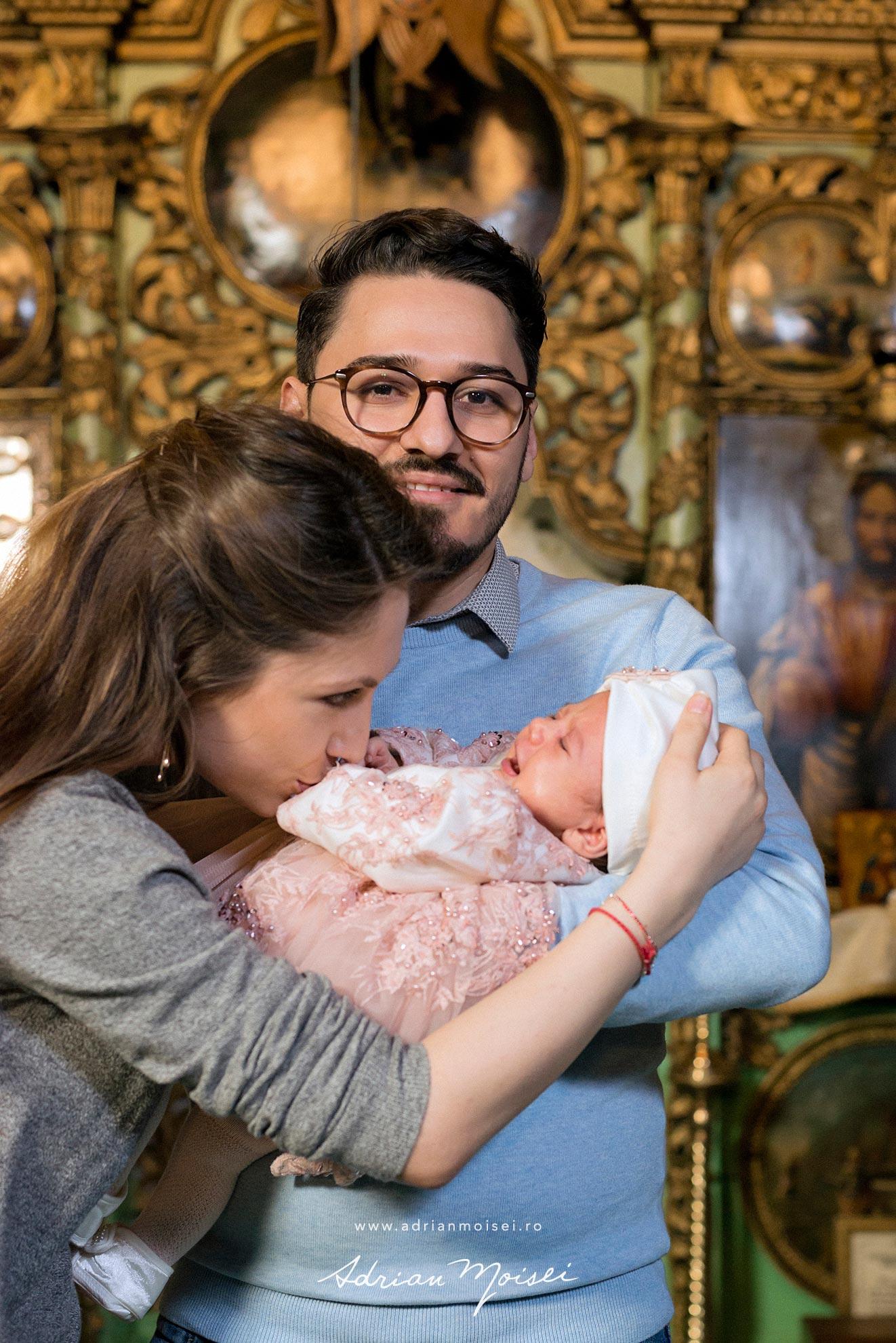 Fotograf de botez in culorile fericirii, in Iași la biserica Adrian Moisei, fotografie de familie