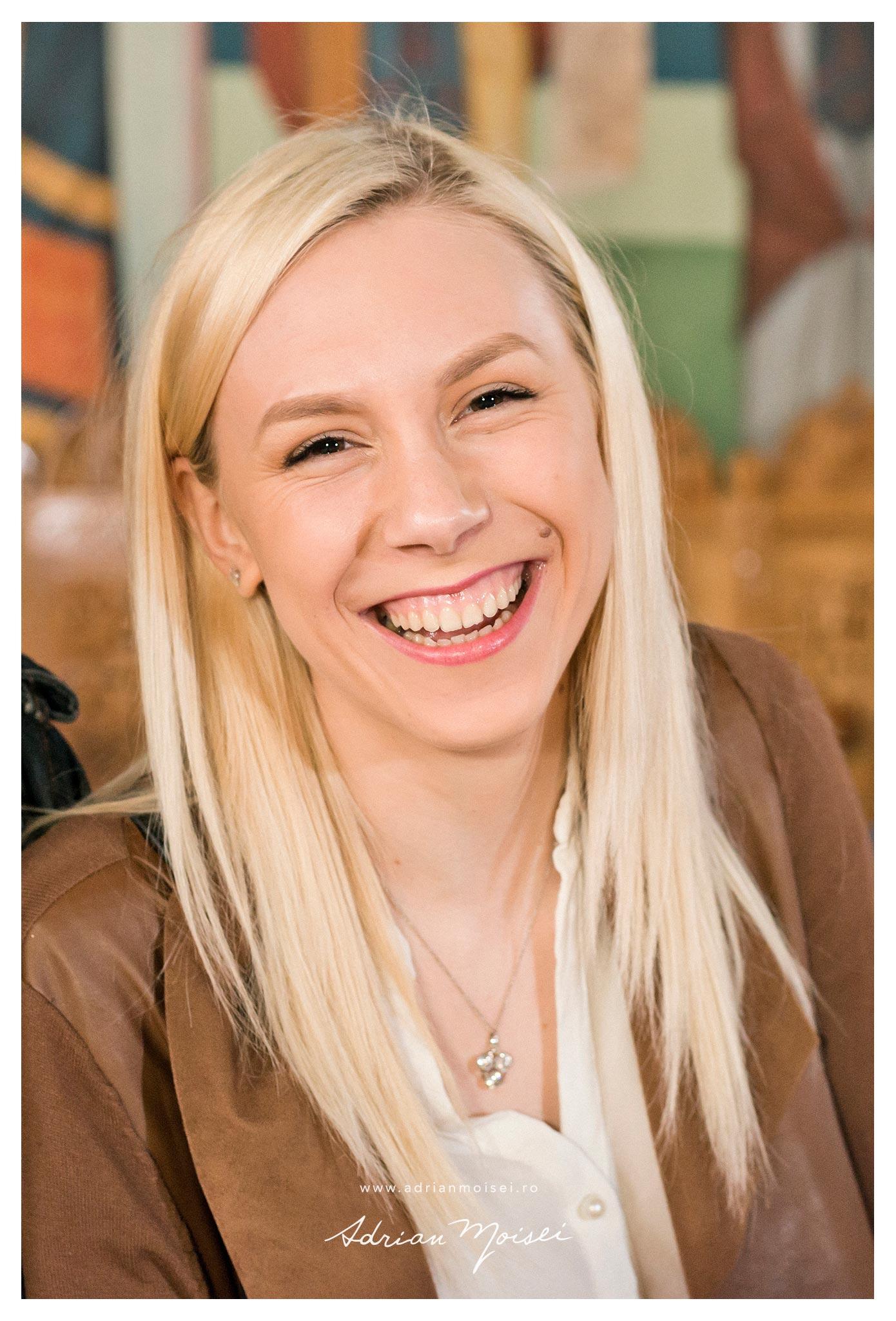 Fotografie de portret a unei tinere joviale, de Adrian Moisei