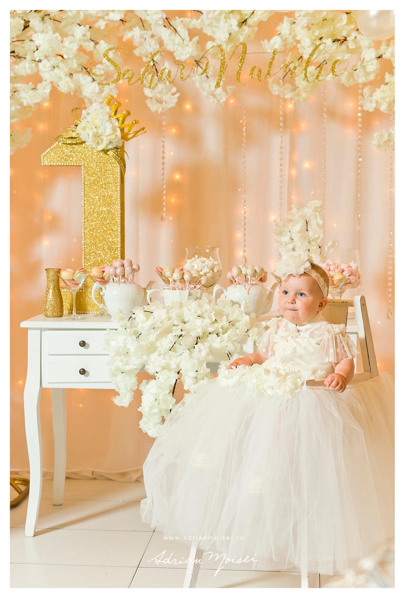 Portret de copil la petrecerea de 1 an, fetita in rochita de printesa, fotograf botez Iasi Adrian Moisei