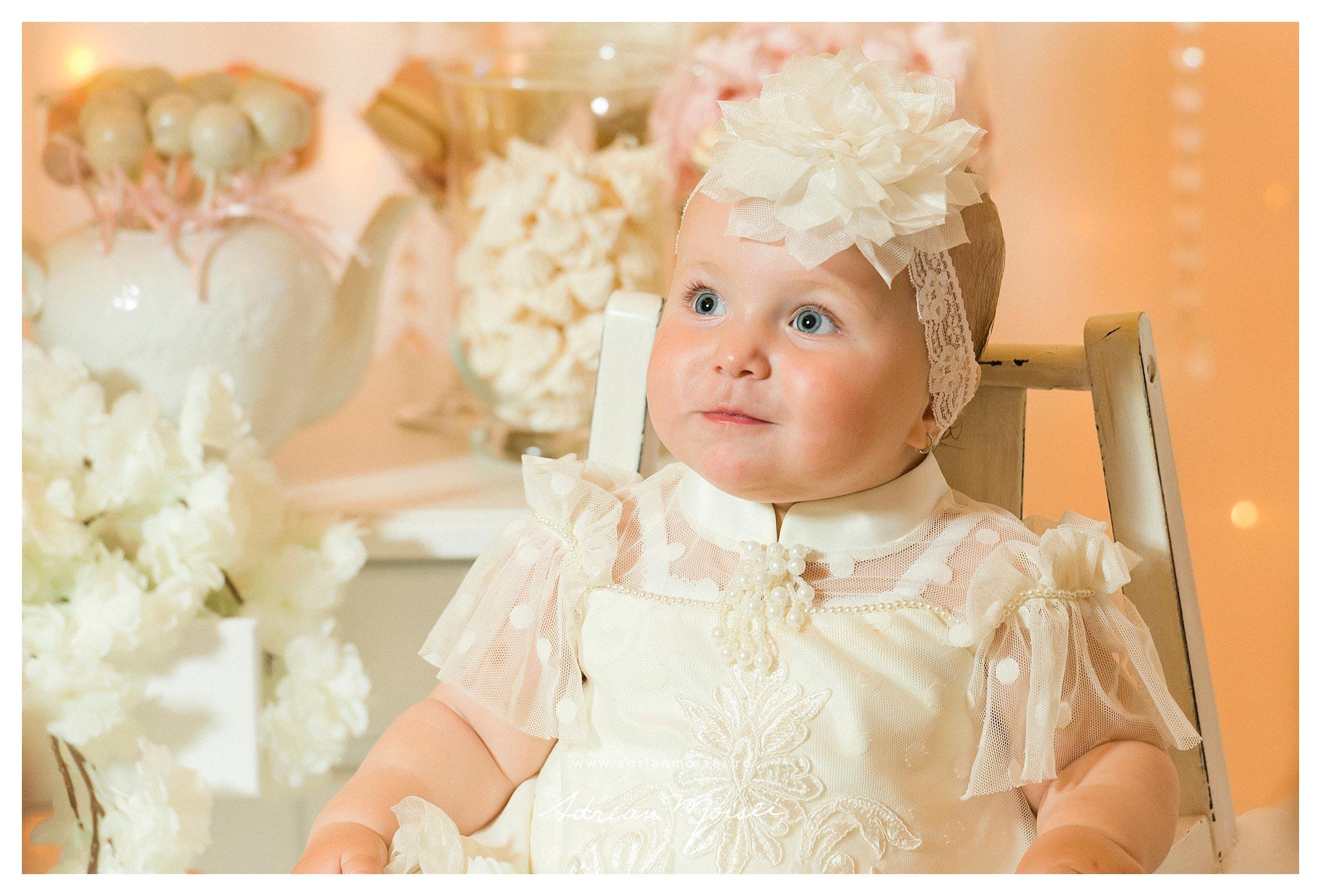 Portret de copil la petrecerea de 1 an, fetita in rochita de printesa, fotograf cumatrie Iasi Adrian Moisei