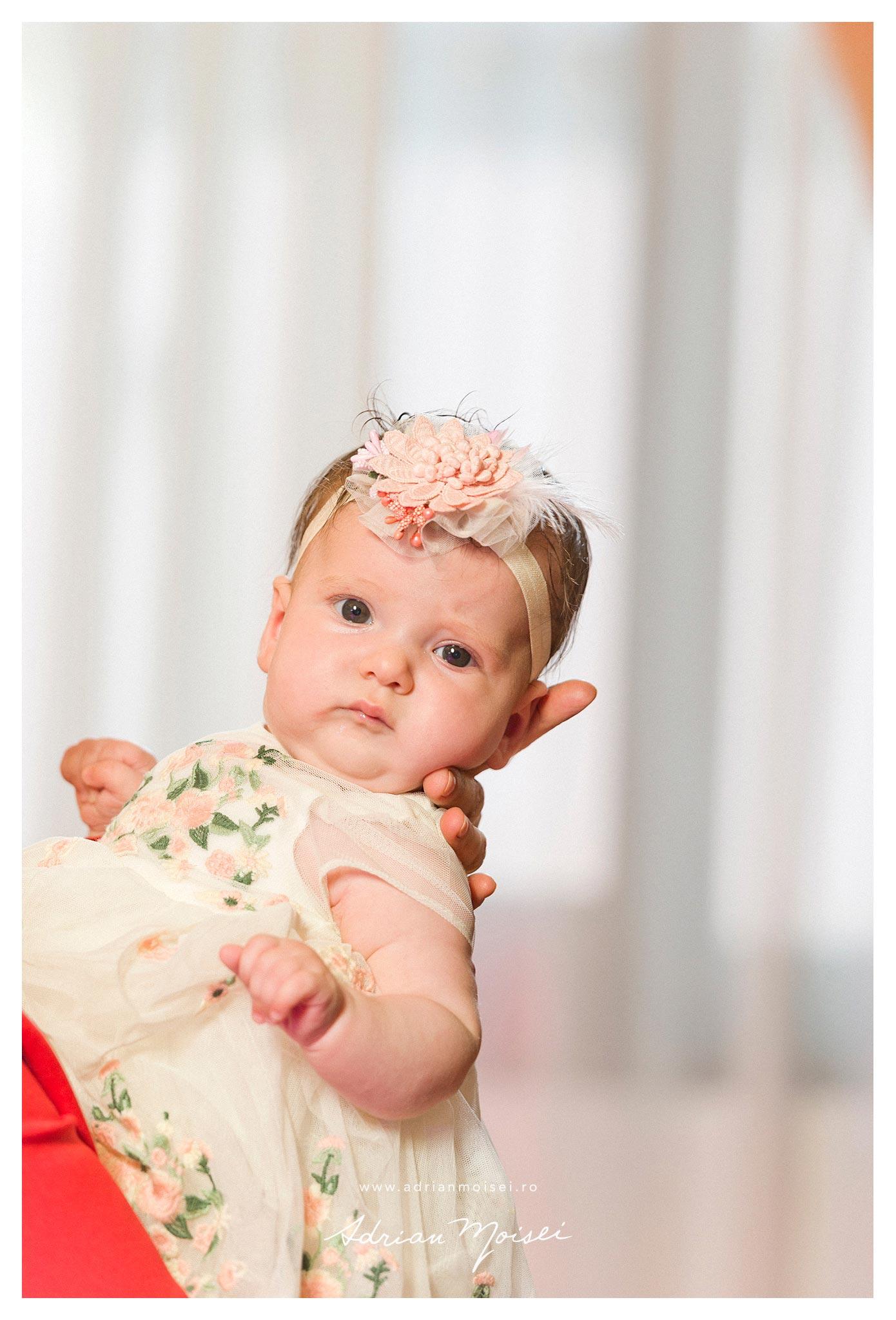 Bebelus in bratele matusii, fotografie de portret Iasi, la petrecerea de cumatrie, Adrian Moisei