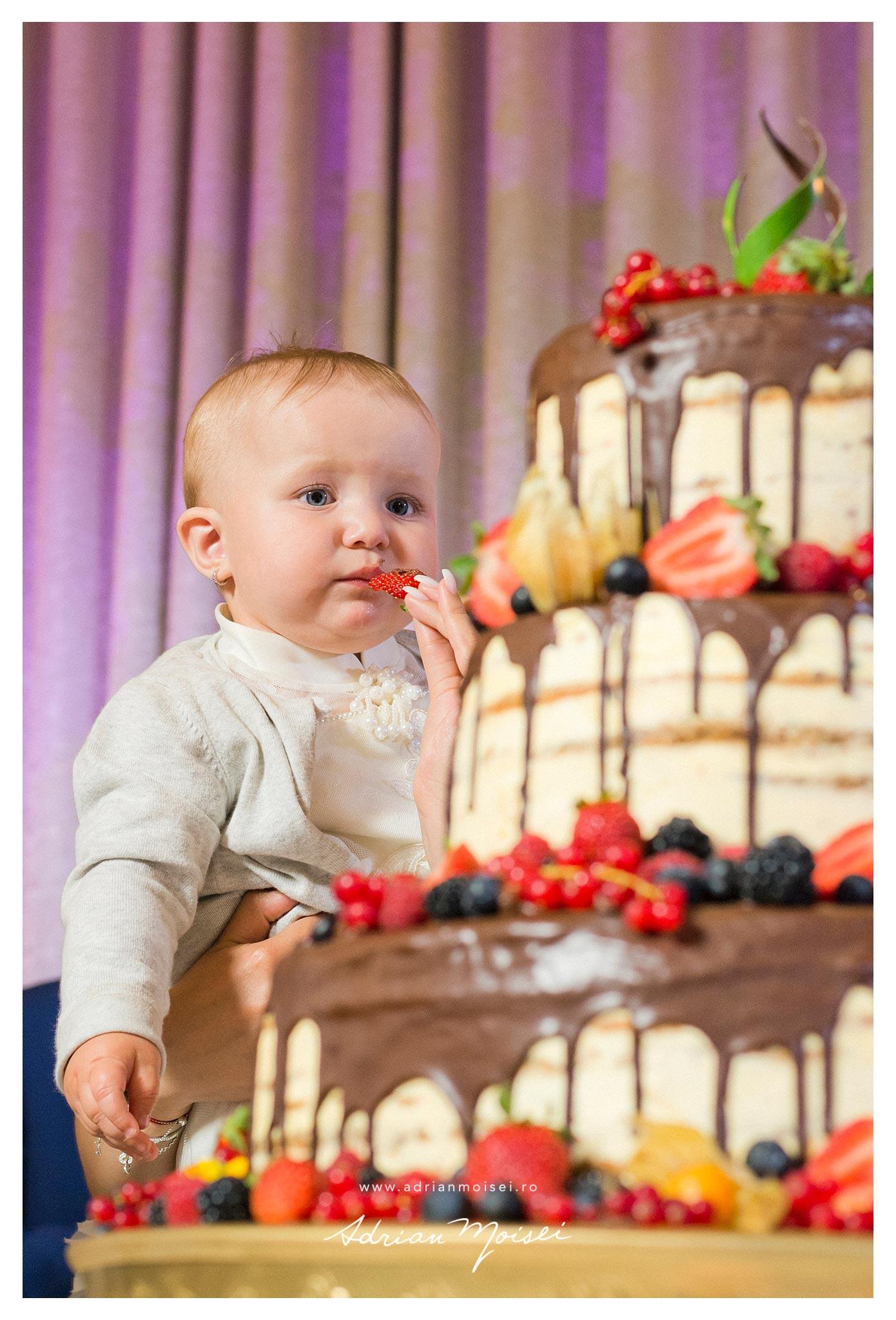 Fotografii cu tortul aniversar la taierea motului unei copile minunate,