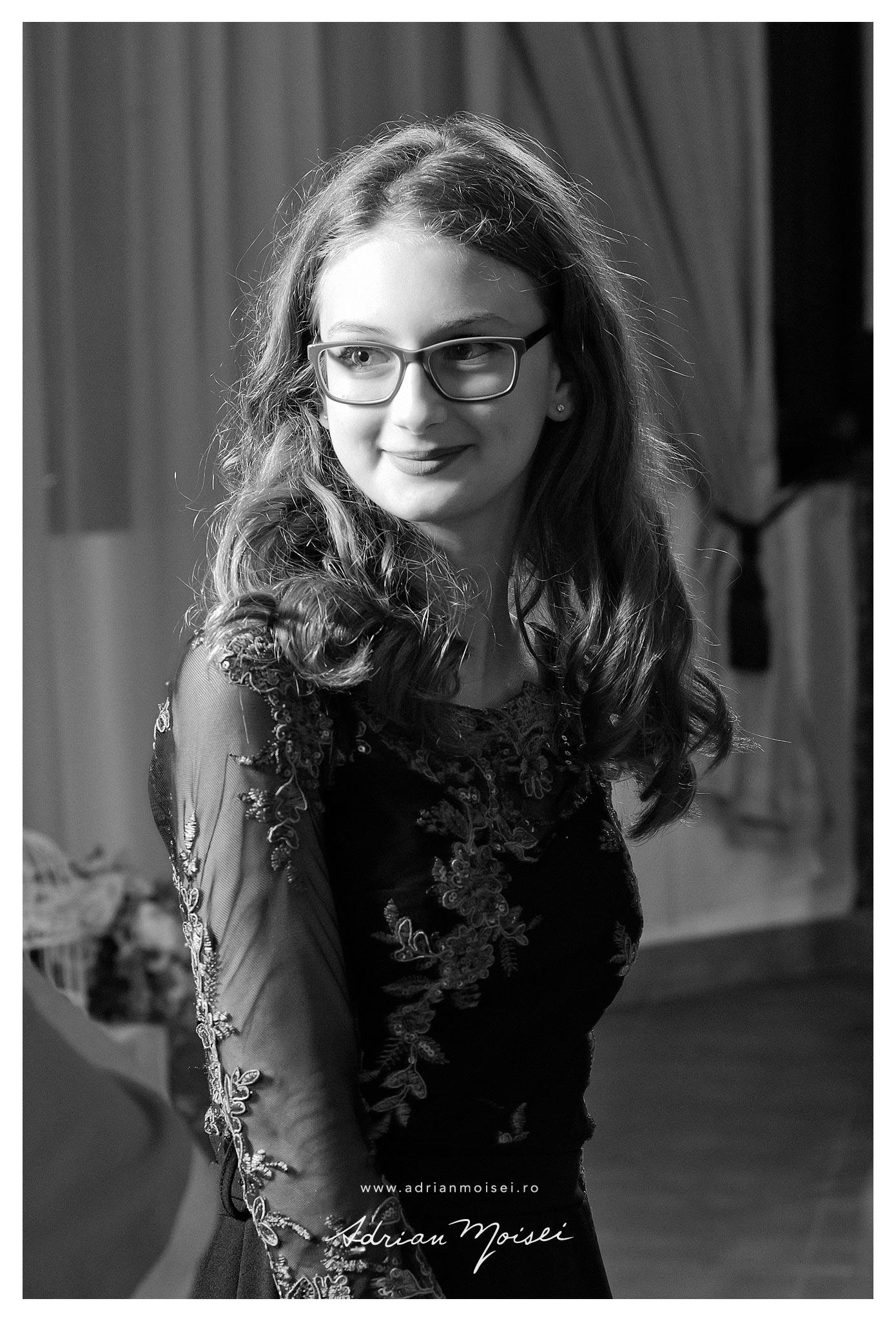Portret de adolescenta, la petrecere, de Adrian Moisei, fotograf Iasi