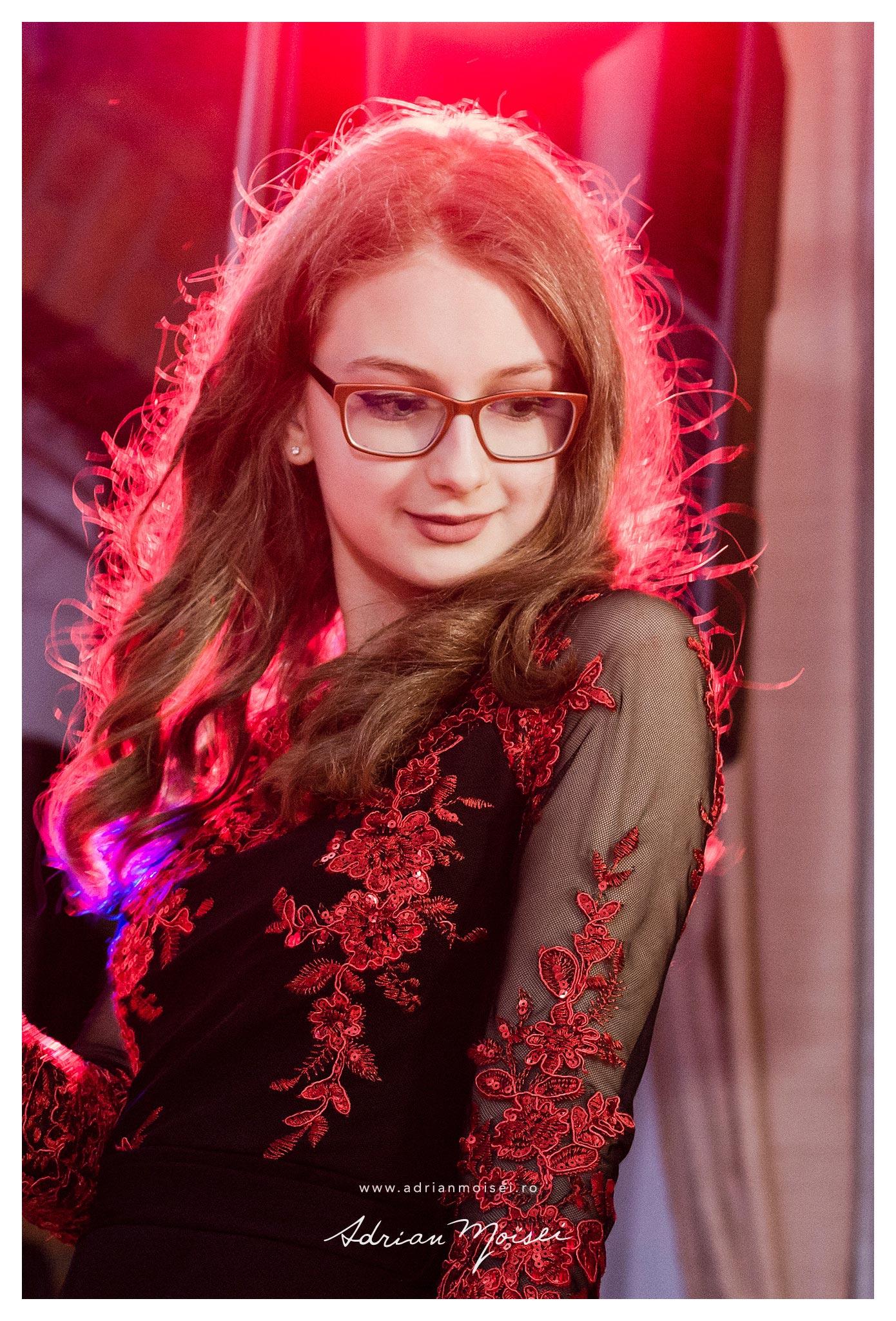 Portret de adolescenta cu ochelari realizat de Adrian Moisei, fotograf Iasi