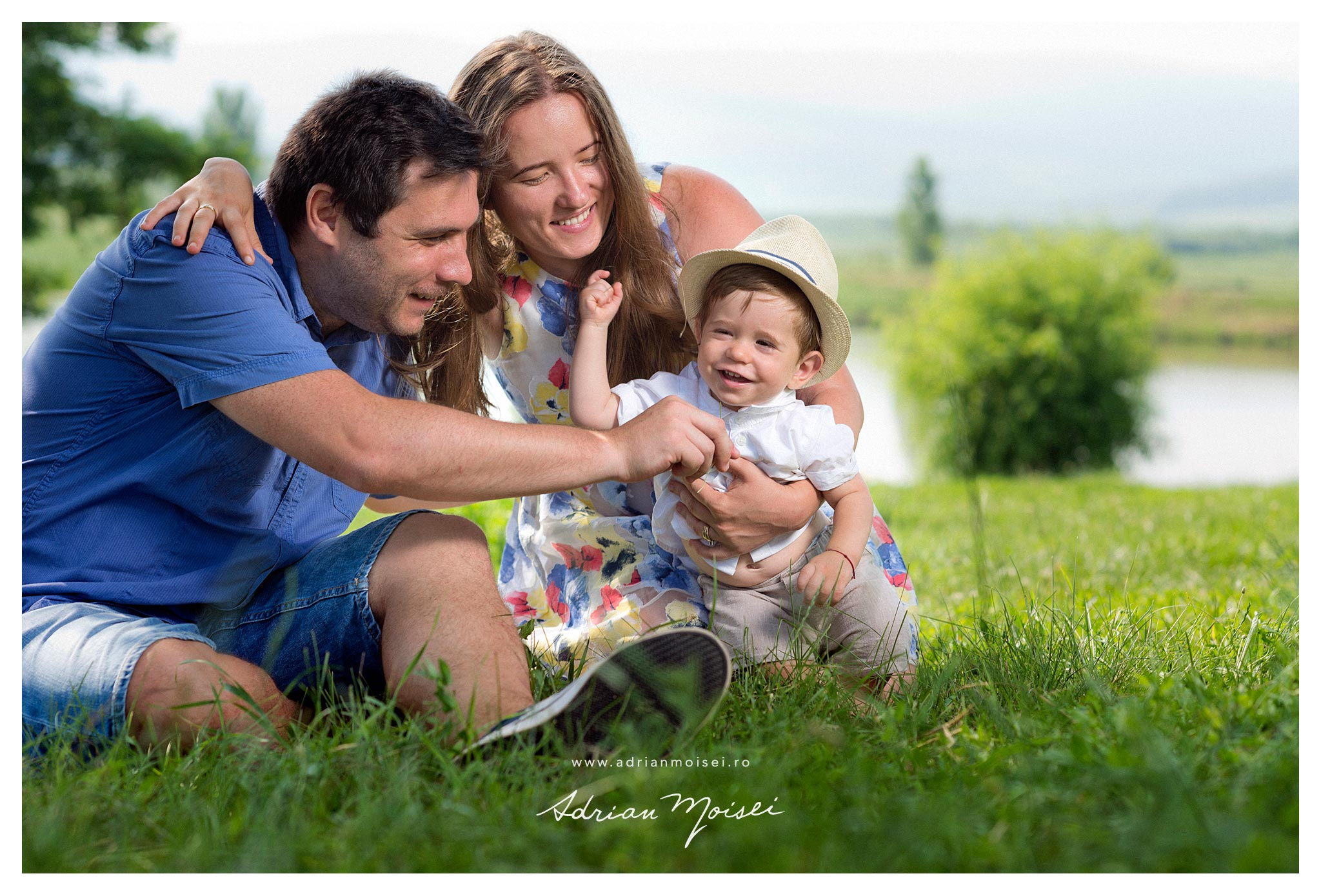 Fotograf familie Iasi, Adrian Moisei. Portrete copilas in natura langa lac, intr-o zi calduroasa de vara