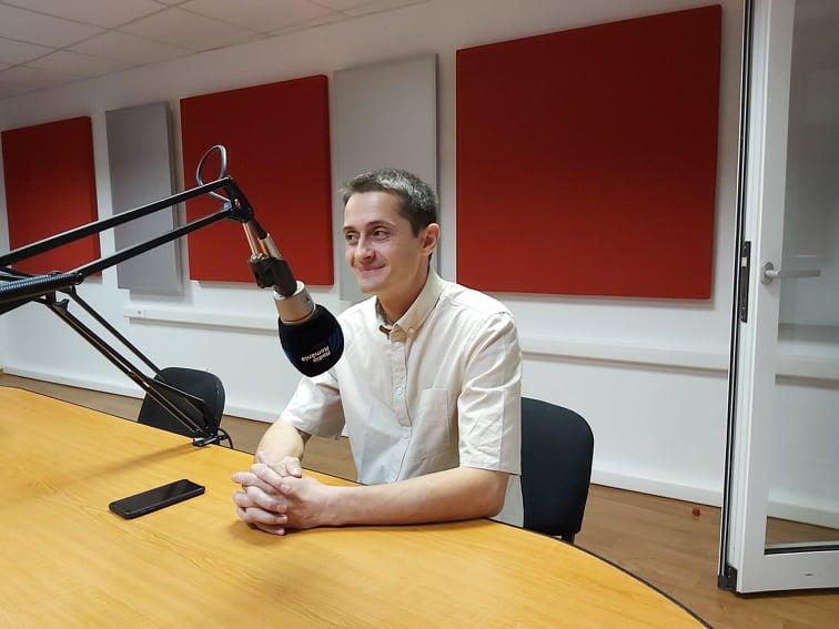 Adrian Moisei, fotograf Iasi, in studioul Radio Iasi vorbind despre expozitia de fotografie Feminine expression of light