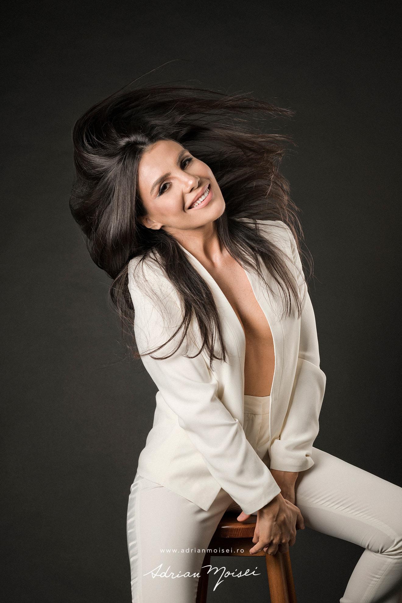 Fotograf fashion Iasi - fotografie cu modela frumoasa si senzuala in studio, pe fundal negru - studio foto Adrian Moisei