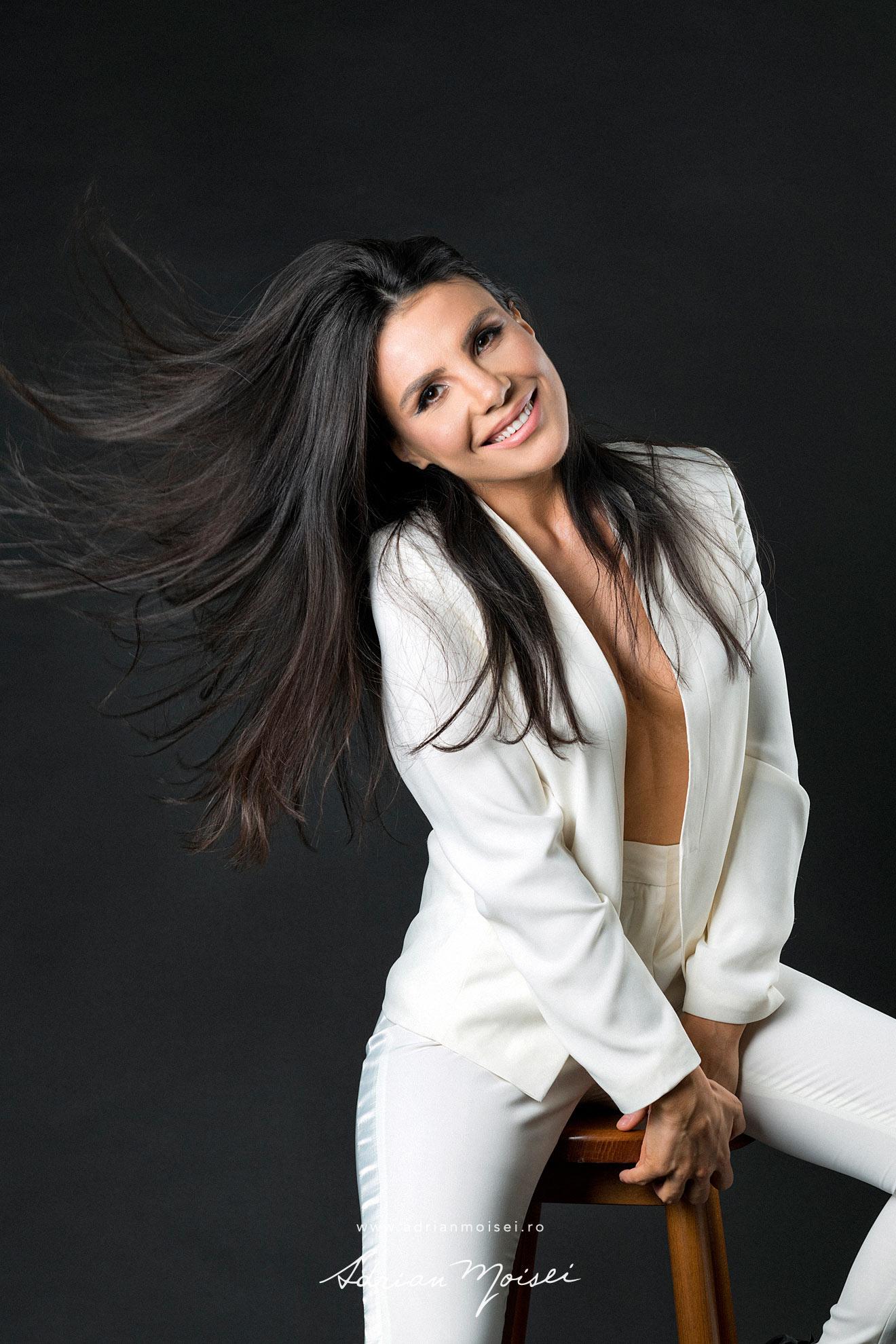 Fotograf fashion Iasi - fotografie cu modela frumoasa si senzuala in studio - studio foto Adrian Moisei