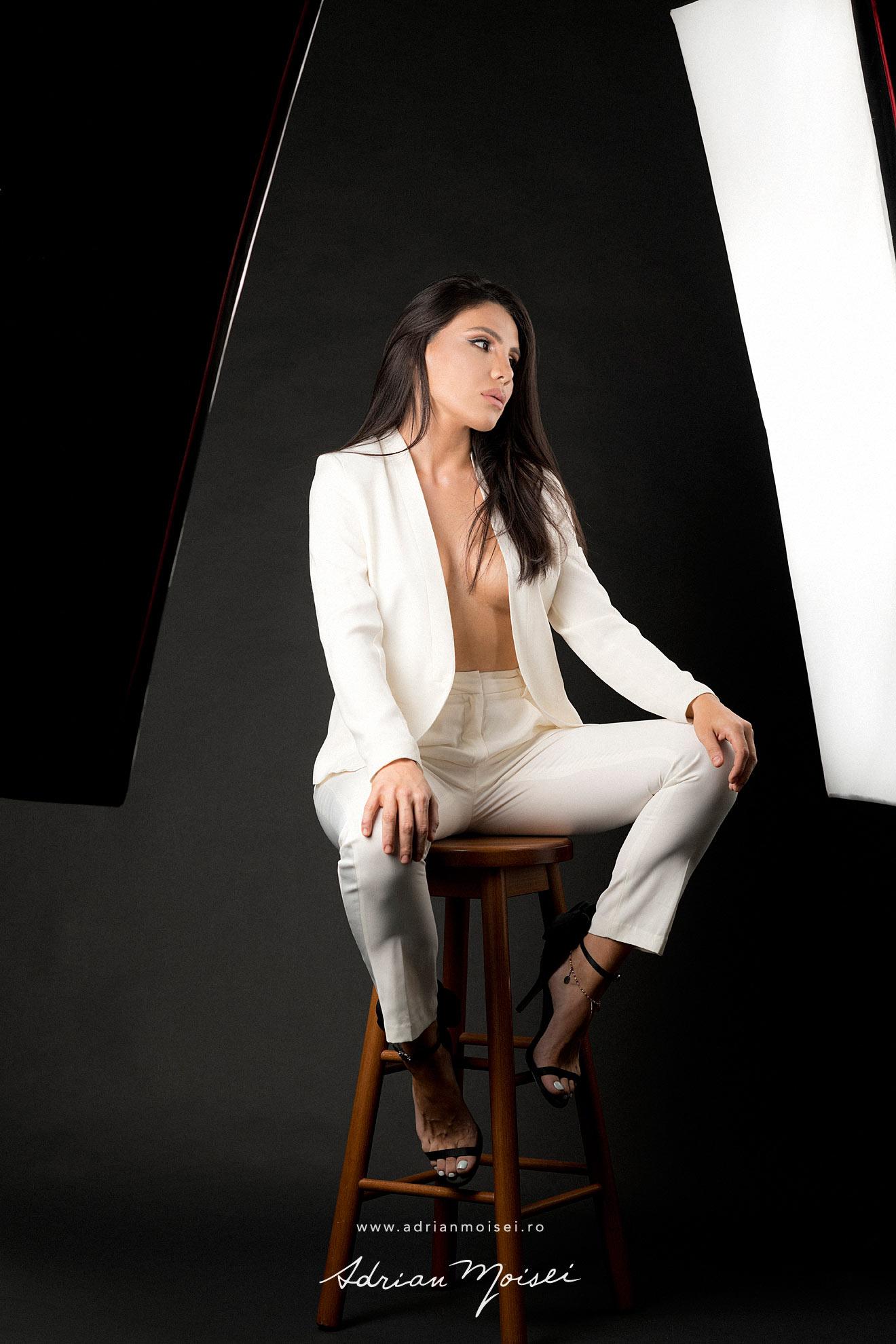 Fotograf fashion - fotografie cu modela frumoasa si senzuala in studio, pe fundal negru - studio foto Adrian Moisei
